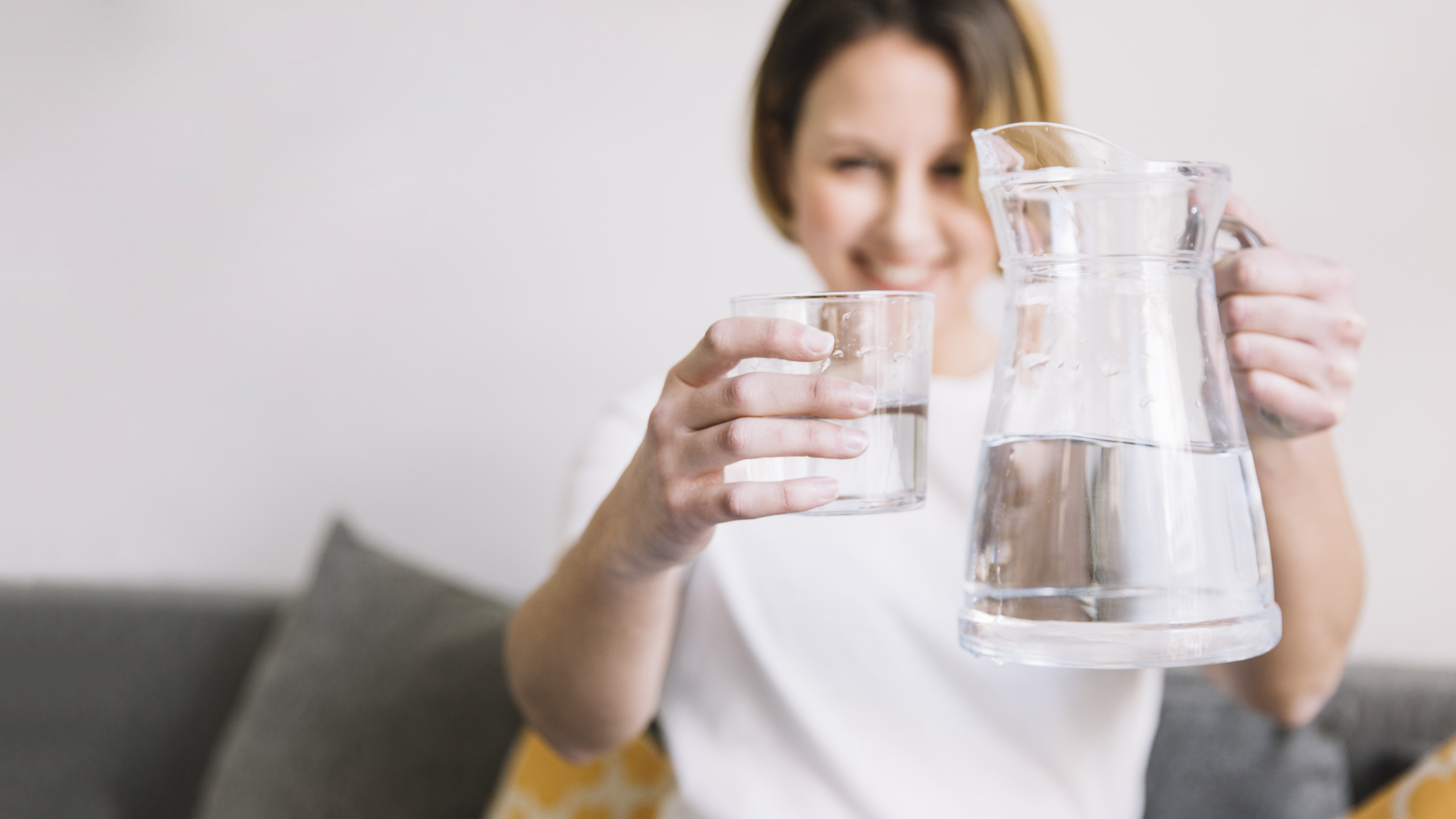Bạn đã uống nước đúng tư thế chưa?